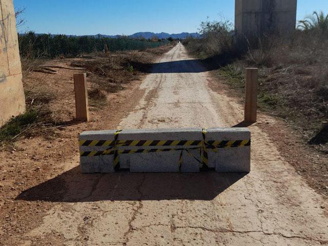 Colocación de barreras de hormigón Vía Verde Campo de Cartagena